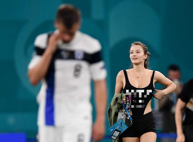 Người đẹp với vòng 1 ná thở chạy vào làm loạn trận đấu Euro 2020, dòng chữ trên áo gây chú ý không kém - Ảnh 3.