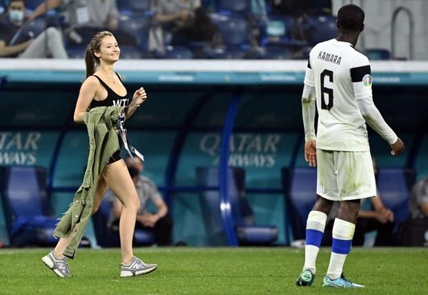 Người đẹp với vòng 1 ná thở chạy vào làm loạn trận đấu Euro 2020, dòng chữ trên áo gây chú ý không kém - Ảnh 4.