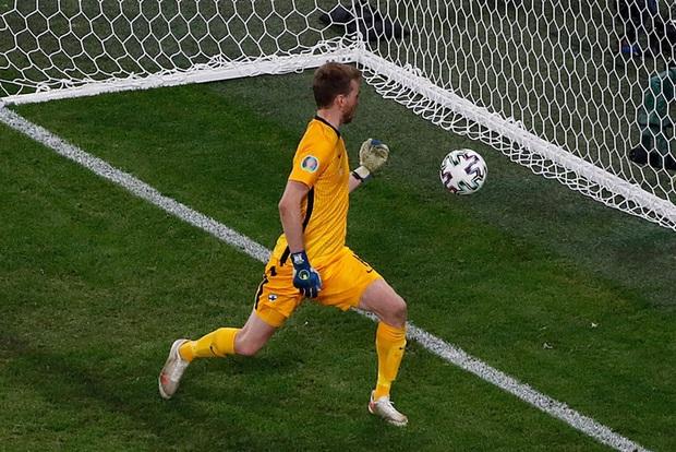 Người đẹp với vòng 1 ná thở chạy vào làm loạn trận đấu Euro 2020, dòng chữ trên áo gây chú ý không kém - Ảnh 7.