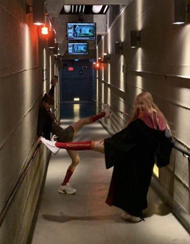Combo toàn chân phái đỉnh nhất Kpop Rosé - Lisa: Chân ảo như PTS, biến sân bay thành sàn catwalk, 2 cô chị BLACKPINK hóa tí hon - Ảnh 16.
