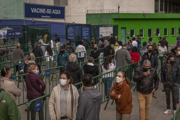 Kén chọn vaccine, ổ dịch nghiêm trọng nhất của thế giới chìm sâu vào vũng lầy kinh hoàng với 500.000 ca tử vong - Ảnh 1.