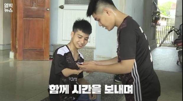 Đài truyền hình Hàn Quốc đưa tin về đôi bạn 10 năm cõng nhau đi học, nhanh chóng lọt topic hot xứ Hàn - Ảnh 5.