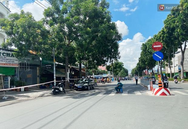 Cận cảnh phong tỏa mọi ngóc ngách tại chợ truyền thống ở Sài Gòn vì liên quan đến ca mắc Covid-19 - Ảnh 2.