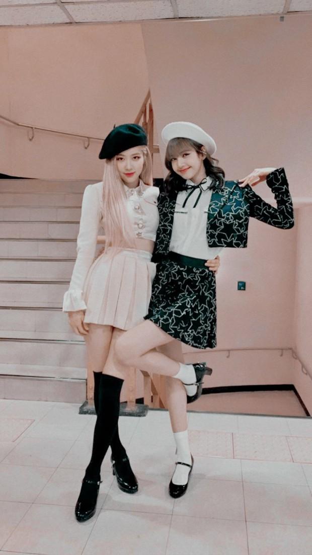 Combo toàn chân phái đỉnh nhất Kpop Rosé - Lisa: Chân ảo như PTS, biến sân bay thành sàn catwalk, 2 cô chị BLACKPINK hóa tí hon - Ảnh 2.