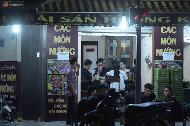 Hà Nội: Nhiều quán nhốt khách cố bán tiếp sau quy định đóng cửa trước 21h - Ảnh 1.