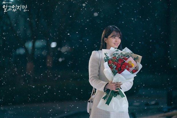 Bàng hoàng ngã ngửa vì bạn trai bệnh hoạn, Han So Hee được netizen khen nức nở ở Nevertheless - Ảnh 2.