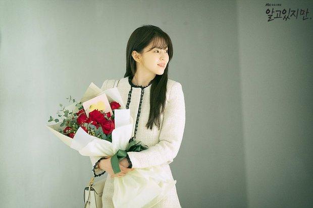 Bàng hoàng ngã ngửa vì bạn trai bệnh hoạn, Han So Hee được netizen khen nức nở ở Nevertheless - Ảnh 1.