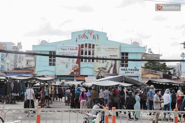 Cận cảnh phong tỏa mọi ngóc ngách tại chợ truyền thống ở Sài Gòn vì liên quan đến ca mắc Covid-19 - Ảnh 1.