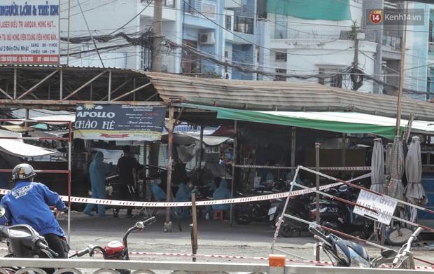 Cận cảnh phong tỏa mọi ngóc ngách tại chợ truyền thống ở Sài Gòn vì liên quan đến ca mắc Covid-19 - Ảnh 9.