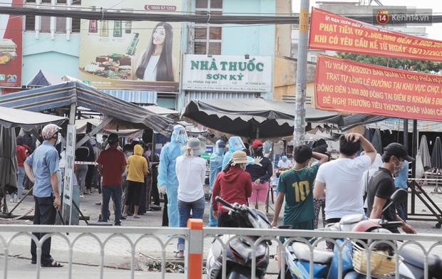 Cận cảnh phong tỏa mọi ngóc ngách tại chợ truyền thống ở Sài Gòn vì liên quan đến ca mắc Covid-19 - Ảnh 8.