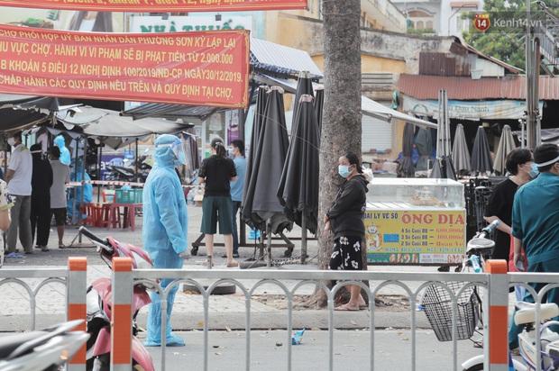 Cận cảnh phong tỏa mọi ngóc ngách tại chợ truyền thống ở Sài Gòn vì liên quan đến ca mắc Covid-19 - Ảnh 7.