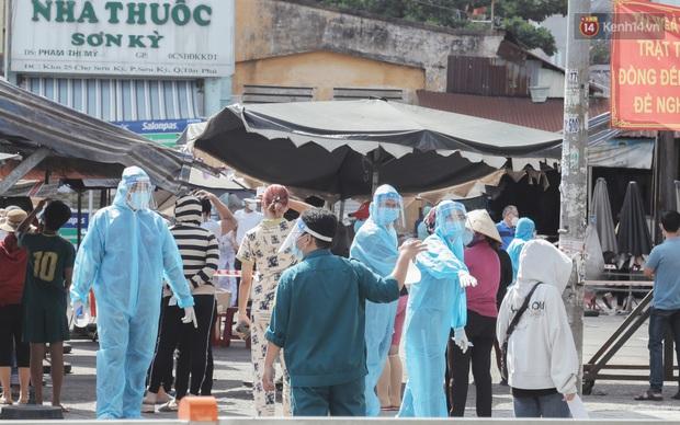 Cận cảnh phong tỏa mọi ngóc ngách tại chợ truyền thống ở Sài Gòn vì liên quan đến ca mắc Covid-19 - Ảnh 6.