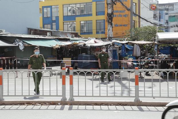 Cận cảnh phong tỏa mọi ngóc ngách tại chợ truyền thống ở Sài Gòn vì liên quan đến ca mắc Covid-19 - Ảnh 10.