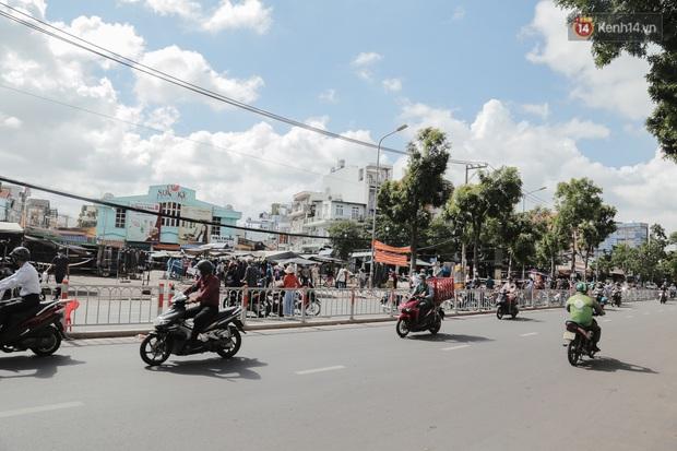 Cận cảnh phong tỏa mọi ngóc ngách tại chợ truyền thống ở Sài Gòn vì liên quan đến ca mắc Covid-19 - Ảnh 15.