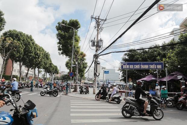Cận cảnh phong tỏa mọi ngóc ngách tại chợ truyền thống ở Sài Gòn vì liên quan đến ca mắc Covid-19 - Ảnh 11.