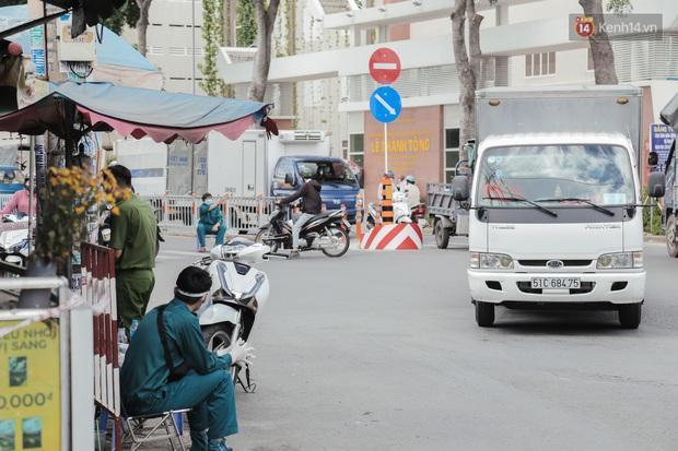 Cận cảnh phong tỏa mọi ngóc ngách tại chợ truyền thống ở Sài Gòn vì liên quan đến ca mắc Covid-19 - Ảnh 17.