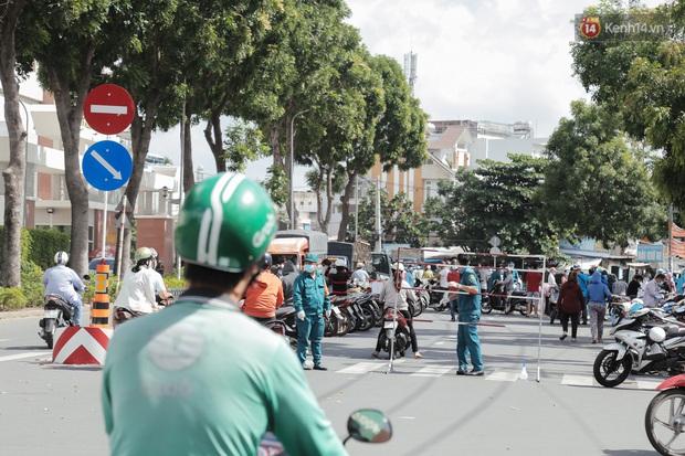 Cận cảnh phong tỏa mọi ngóc ngách tại chợ truyền thống ở Sài Gòn vì liên quan đến ca mắc Covid-19 - Ảnh 14.