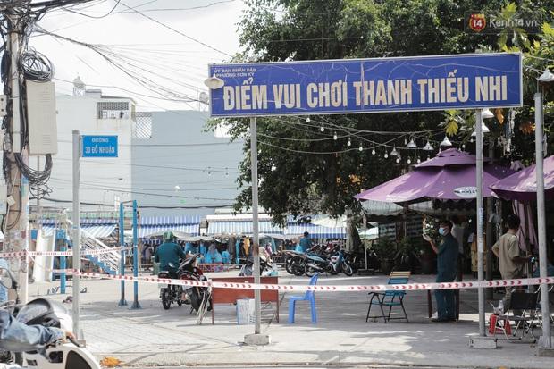 Cận cảnh phong tỏa mọi ngóc ngách tại chợ truyền thống ở Sài Gòn vì liên quan đến ca mắc Covid-19 - Ảnh 13.