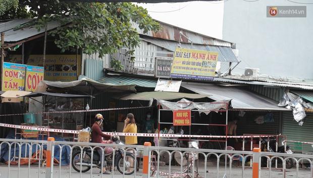 Cận cảnh phong tỏa mọi ngóc ngách tại chợ truyền thống ở Sài Gòn vì liên quan đến ca mắc Covid-19 - Ảnh 12.