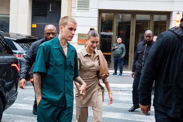 Vợ chồng Justin Bieber lại gây tranh cãi ở Pháp ngày 3: Hailey kín đáo nhưng lộ điểm nhạy cảm, quay ra ông xã tưởng... bảo vệ - Ảnh 2.