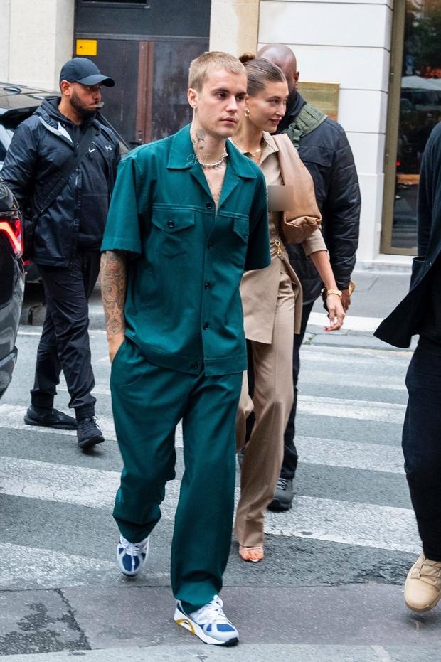 Vợ chồng Justin Bieber lại gây tranh cãi ở Pháp ngày 3: Hailey kín đáo nhưng lộ điểm nhạy cảm, quay ra ông xã tưởng... bảo vệ - Ảnh 3.