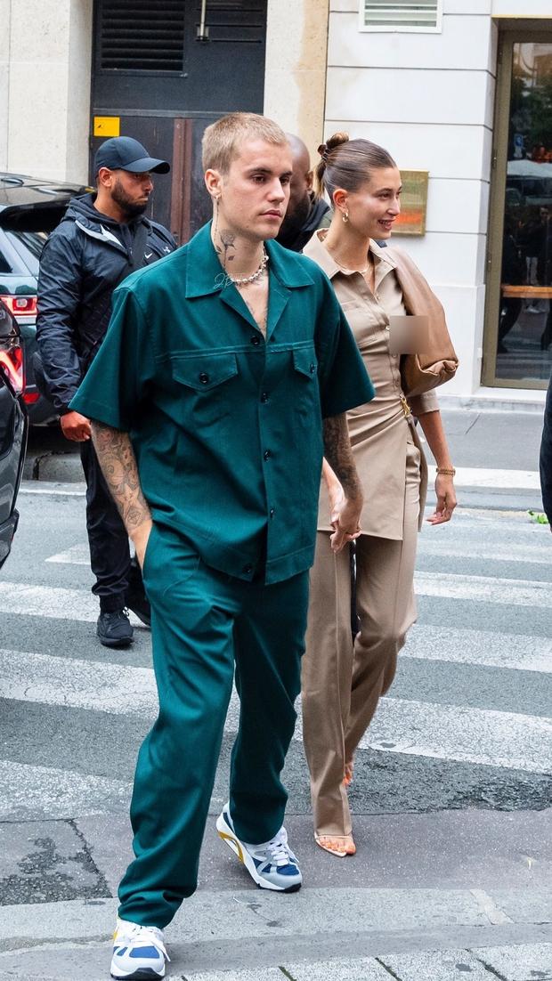 Vợ chồng Justin Bieber lại gây tranh cãi ở Pháp ngày 3: Hailey kín đáo nhưng lộ điểm nhạy cảm, quay ra ông xã tưởng... bảo vệ - Ảnh 4.