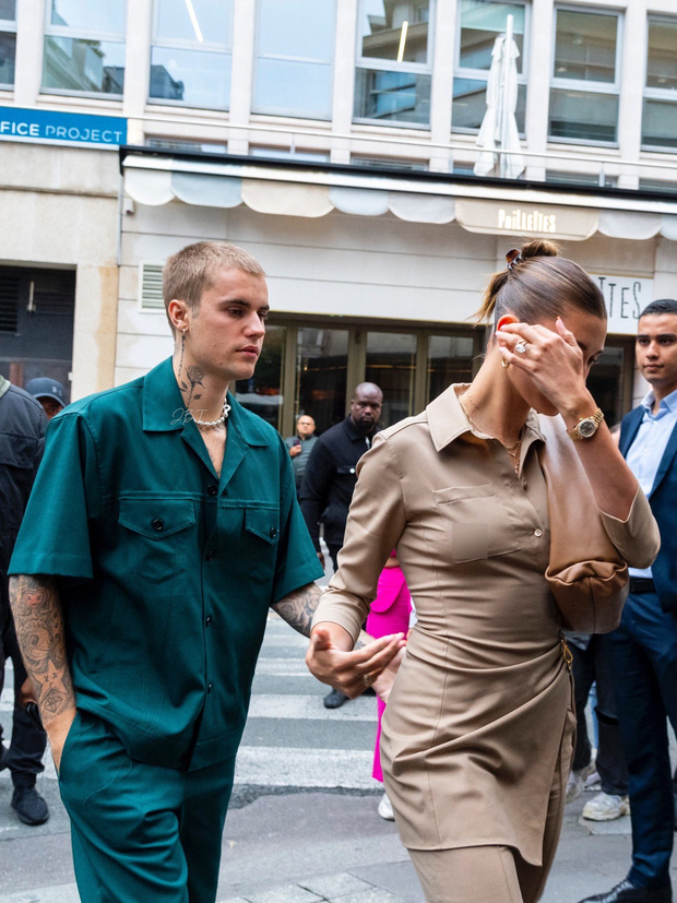 Vợ chồng Justin Bieber lại gây tranh cãi ở Pháp ngày 3: Hailey kín đáo nhưng lộ điểm nhạy cảm, quay ra ông xã tưởng... bảo vệ - Ảnh 8.