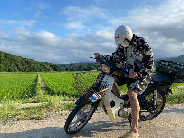 Ji Chang Wook cưỡi con xe Dream về vùng quê Việt Nam hành nghề shipper hay gì? - Ảnh 2.