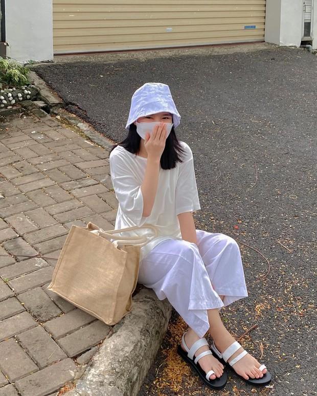 Sandal xinh mê tơi giá hạt dẻ các shop mới về: Diện mát chân mà phối với đồ gì cũng đẹp - Ảnh 1.