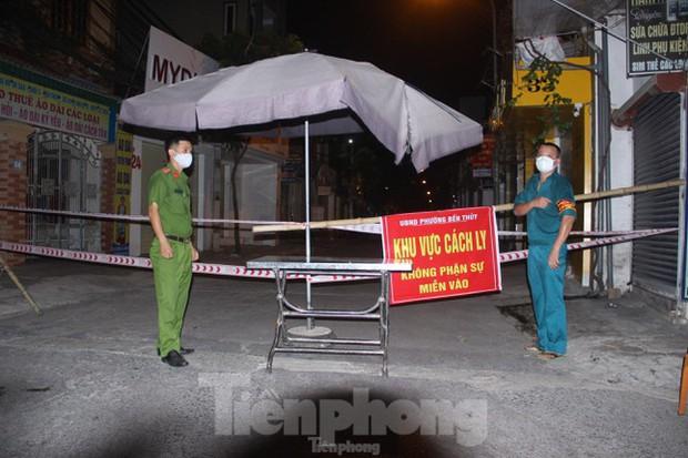 Phong tỏa hơn 80 hộ dân vì 2 ca dương tính với SARS-CoV-2 - Ảnh 1.