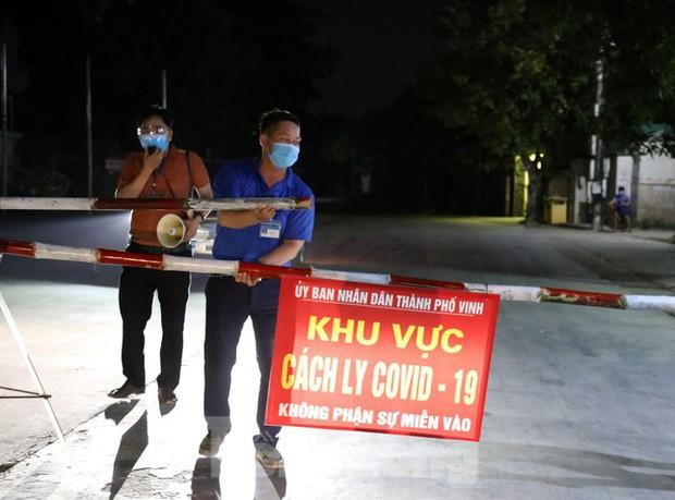 Phong tỏa hơn 80 hộ dân vì 2 ca dương tính với SARS-CoV-2 - Ảnh 2.