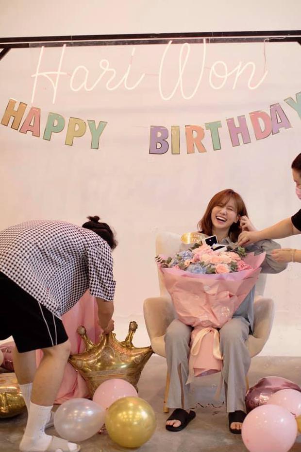 Netizen soi chi tiết lạ trên bó hoa Hari Won được tặng sinh nhật, làm rộ lên nghi vấn đang mang thai con đầu lòng? - Ảnh 5.