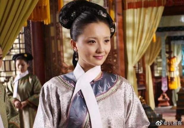 Cung nữ của Tôn Lệ nhận rổ gạch đá vì mắc bệnh ngôi sao đòi chen đứng giữa, mặc kệ dàn diễn viên nhí đầu trần chịu mưa - Ảnh 6.