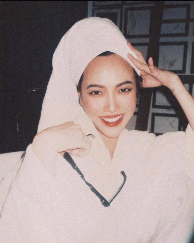Khánh Vân chụp Diệu Nhi trong phòng tắm nhưng son đỏ chót, lông mi chuốt sắc lẹm! - Ảnh 1.