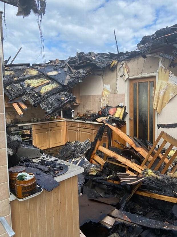Vừa tắm xong thì hỏa hoạn cháy rụi cả nhà, gia chủ đau xót khi nguyên nhân chỉ từ một hành động tưởng như rất bình thường - Ảnh 2.