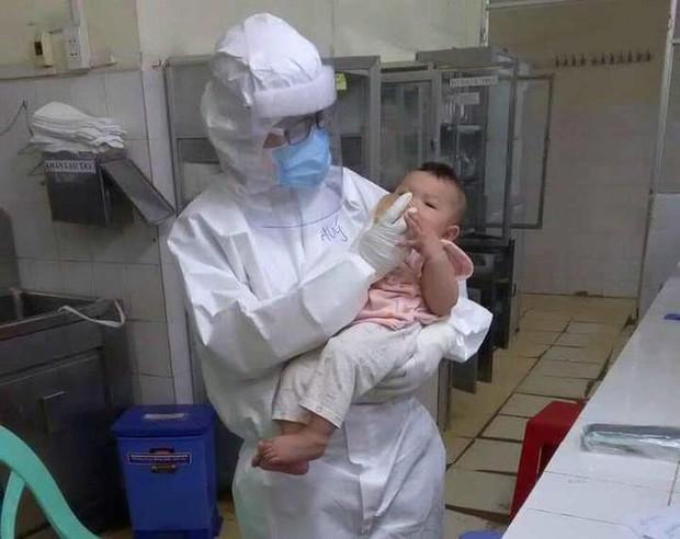 Em bé 7 tháng tuổi mắc Covid-19 được nữ bác sĩ thay tã, vắt sữa tặng mỗi ngày - Ảnh 1.