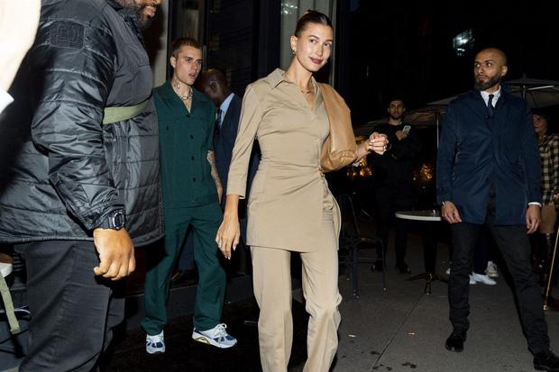 Vợ chồng Justin Bieber lại gây tranh cãi ở Pháp ngày 3: Hailey kín đáo nhưng lộ điểm nhạy cảm, quay ra ông xã tưởng... bảo vệ - Ảnh 9.