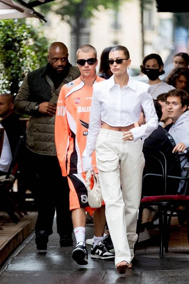 Vợ chồng Justin Bieber lại gây tranh cãi ở Pháp ngày 3: Hailey kín đáo nhưng lộ điểm nhạy cảm, quay ra ông xã tưởng... bảo vệ - Ảnh 10.