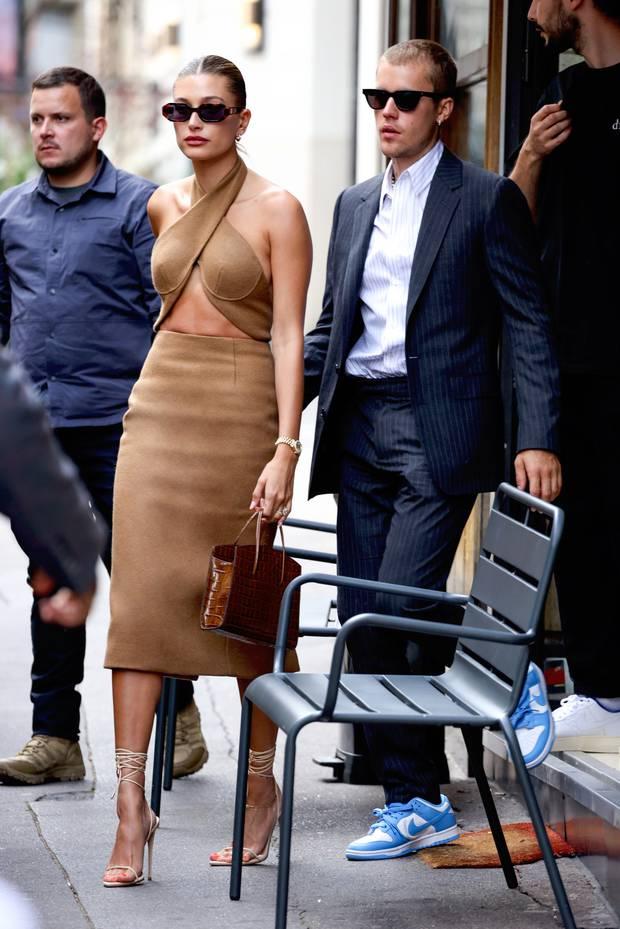 Vợ chồng Justin Bieber lại gây tranh cãi ở Pháp ngày 3: Hailey kín đáo nhưng lộ điểm nhạy cảm, quay ra ông xã tưởng... bảo vệ - Ảnh 11.