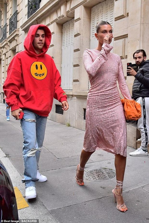 Vợ chồng Justin Bieber lại gây tranh cãi ở Pháp ngày 3: Hailey kín đáo nhưng lộ điểm nhạy cảm, quay ra ông xã tưởng... bảo vệ - Ảnh 12.