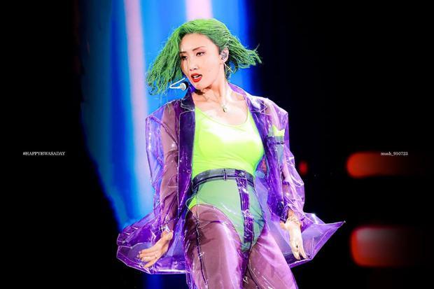 Gọi Hwasa là tắc kè hoa của Kpop: Sexy hết cỡ mặc kệ gây tranh cãi, thử nghiệm hàng loạt style và style nào cũng cân được - Ảnh 1.