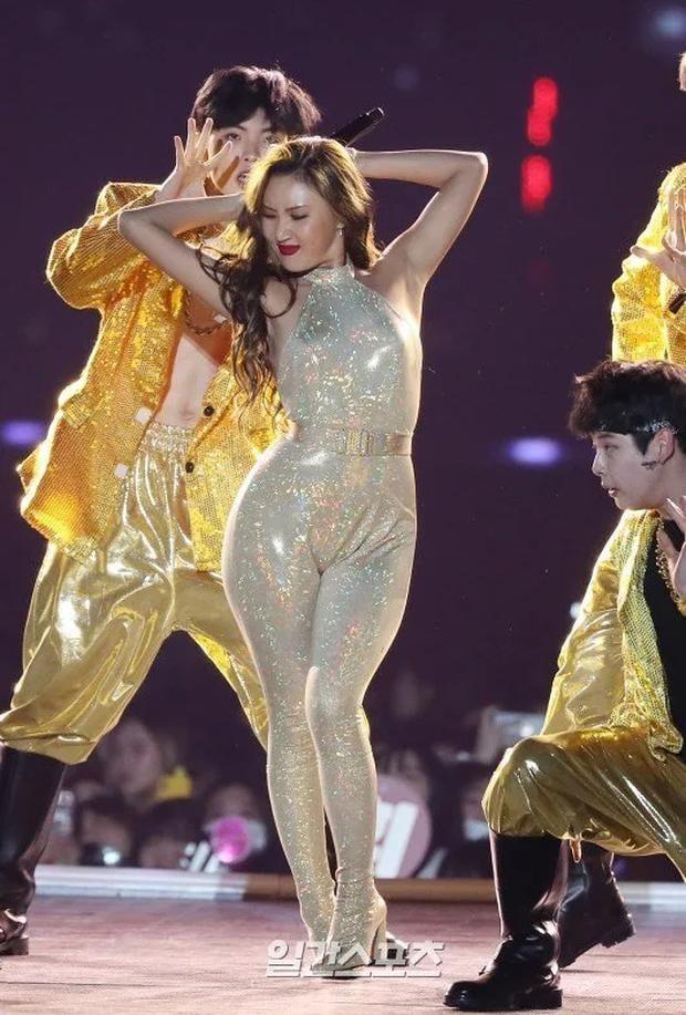 Gọi Hwasa là tắc kè hoa của Kpop: Sexy hết cỡ mặc kệ gây tranh cãi, thử nghiệm hàng loạt style và style nào cũng cân được - Ảnh 3.