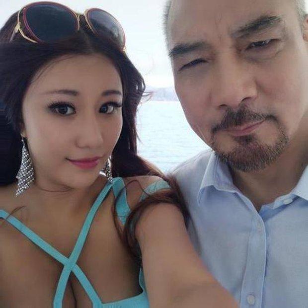 Tài tử Thiên Long Bát Bộ 3 đời vợ, bị chê cười vì cặp kè hot girl nóng bỏng kém 45 tuổi giờ sống ra sao? - Ảnh 12.