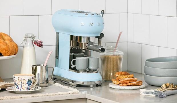 Bỏ gần 10 triệu mua máy pha cà phê Smeg: Công nhận xinh muốn xỉu nhưng dùng nhiều một tí lại thấy tội... - Ảnh 1.