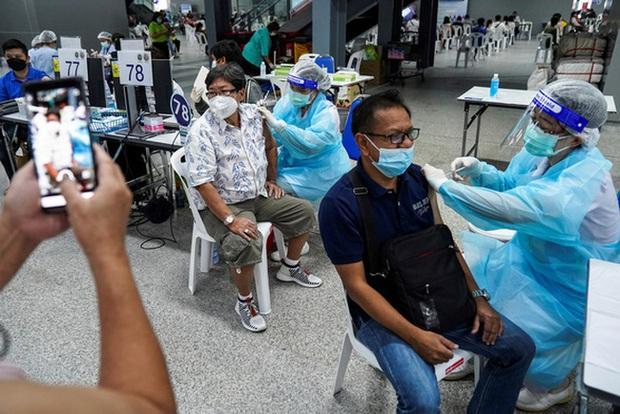 Thái Lan ghi nhận số ca tử vong do COVID-19 cao kỷ lục - Ảnh 1.