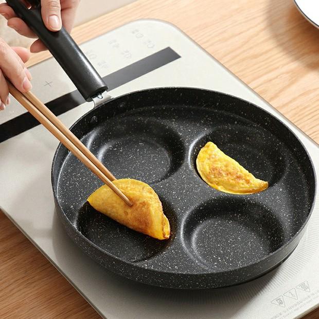 Chảo nhiều ngăn siêu tiện giá chỉ từ 149k, chị em sắm về trổ tài nấu nướng cũng hợp lý phết - Ảnh 2.