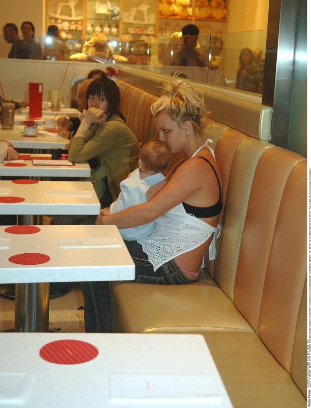 Khoảnh khắc buồn của ngành giải trí Mỹ: Britney Spears bụng mang dạ chửa ôm con khóc trong quán cafe vì bị 321 paparazzi bao vây - Ảnh 4.