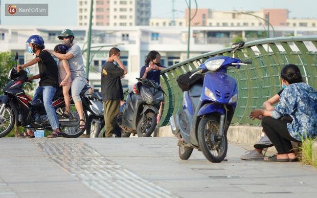 Như chưa từng có dịch Covid-19: Một số người dân ở Sài Gòn vẫn vô tư tập trung hóng mát, thả diều, bỏ luôn khẩu trang để chụp ảnh - Ảnh 8.