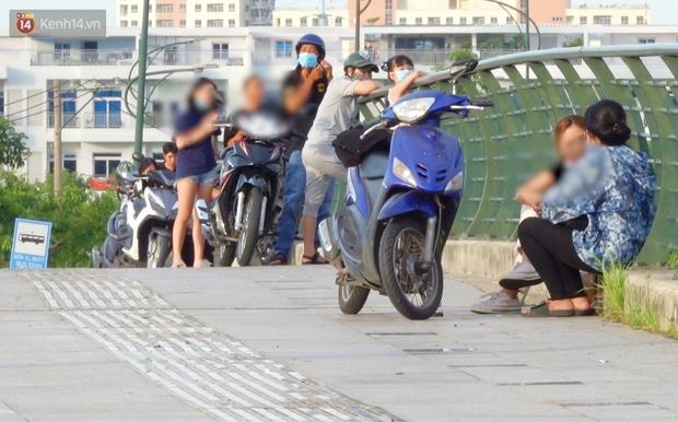 Như chưa từng có dịch Covid-19: Một số người dân ở Sài Gòn vẫn vô tư tập trung hóng mát, thả diều, bỏ luôn khẩu trang để chụp ảnh - Ảnh 1.