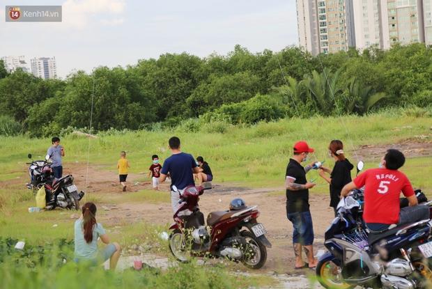 Như chưa từng có dịch Covid-19: Một số người dân ở Sài Gòn vẫn vô tư tập trung hóng mát, thả diều, bỏ luôn khẩu trang để chụp ảnh - Ảnh 3.